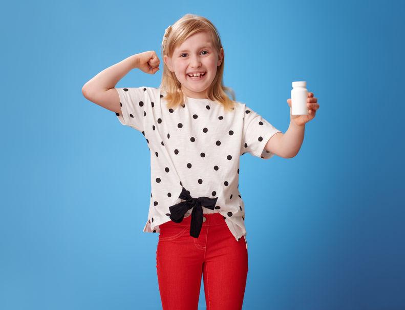 niña con leche en mano