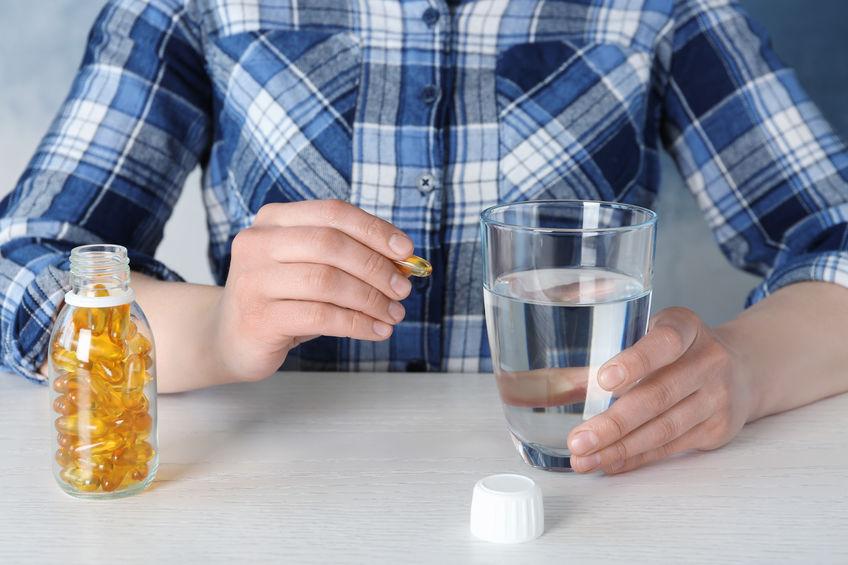 hombre com pastilla de vitaminas