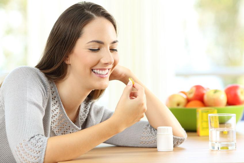 UNa mujer tomando vitaminas