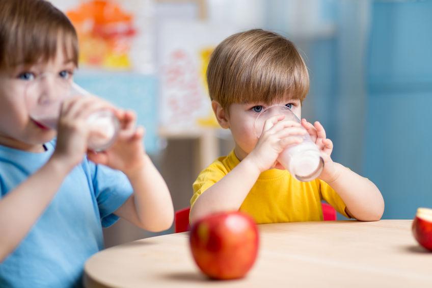 Dos niños bebiendo leche