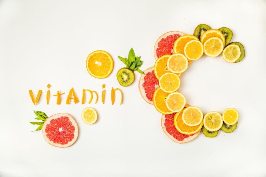 Mesa con la palabra vitamina C hecha con rodajas de naranja