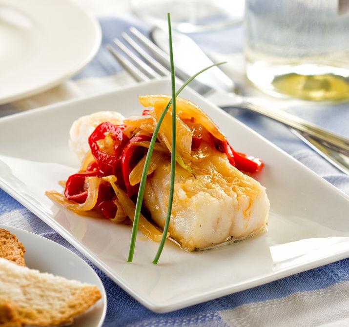 Bacalao o bacalao servido con pimiento cebolla y ajo.