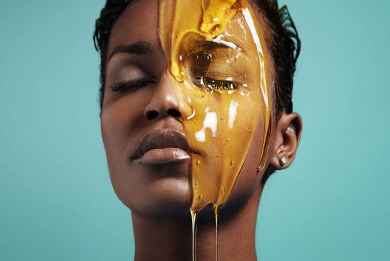 Mujer aplicándose mascarilla facial de miel