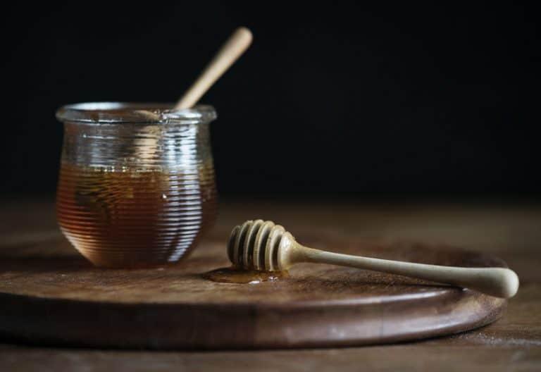 Tarro de miel de Manuka en mesa de madera