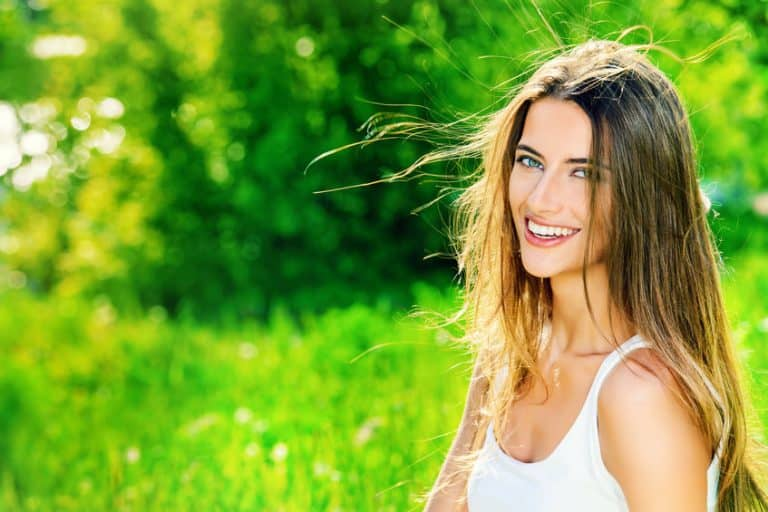 Mujer sonriendo a la cámara