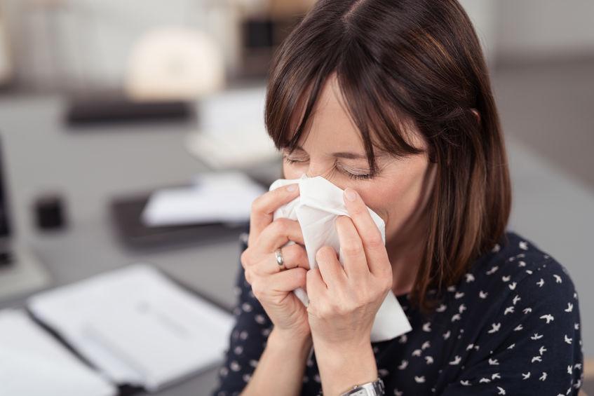 Imagen de mujer estornudando