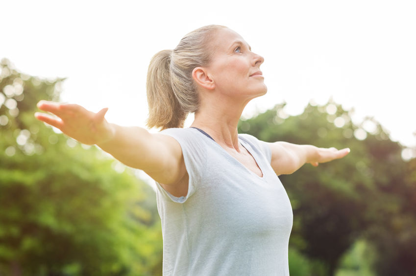 Mujer ejercitándose al aire libre
