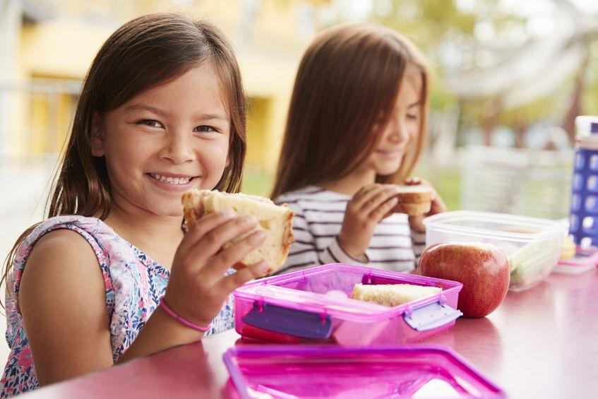 Dos niñas comiendo