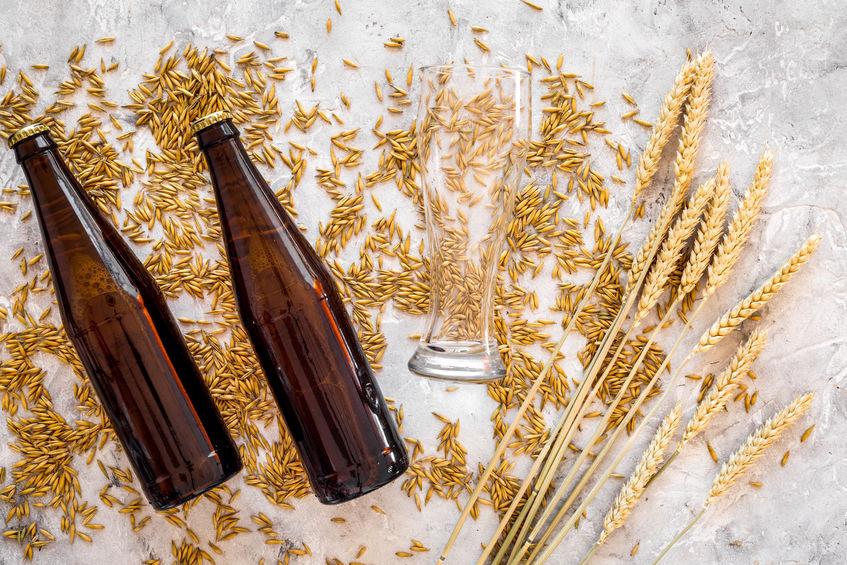 Imagen de dos botellas junto a trigo
