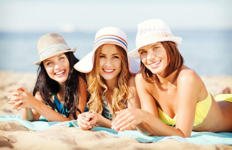 Chicas tomando el sol