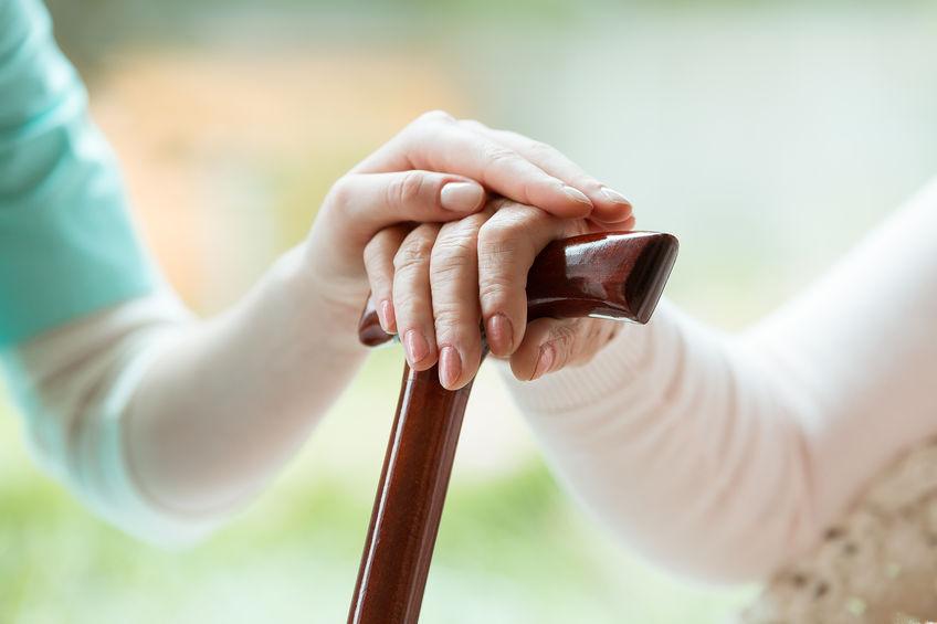 Imagen de dos mano y una sosteniendo un bastón