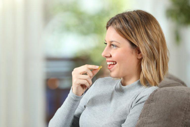 Mujer tomando vitamina D
