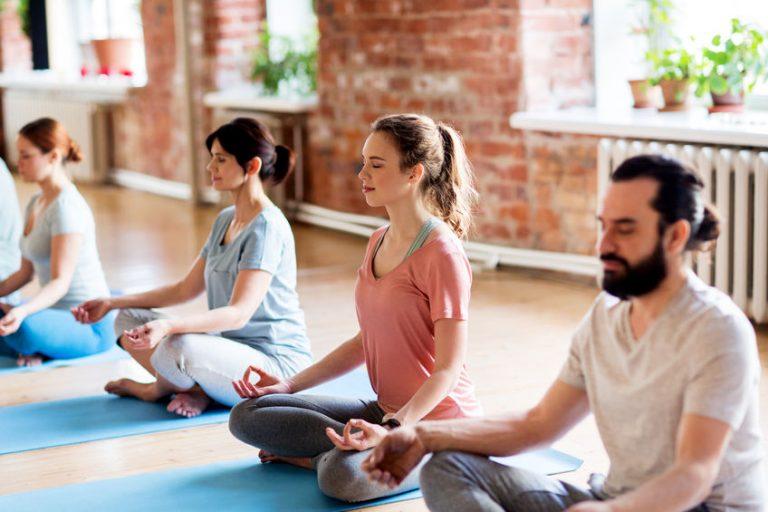 Grupo de personas en yoga