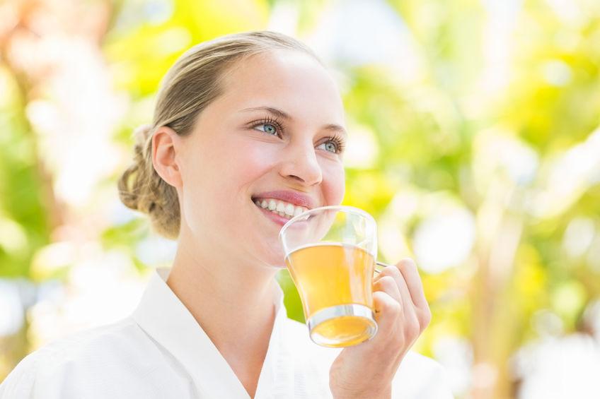 Mujer con bebida al aire libre