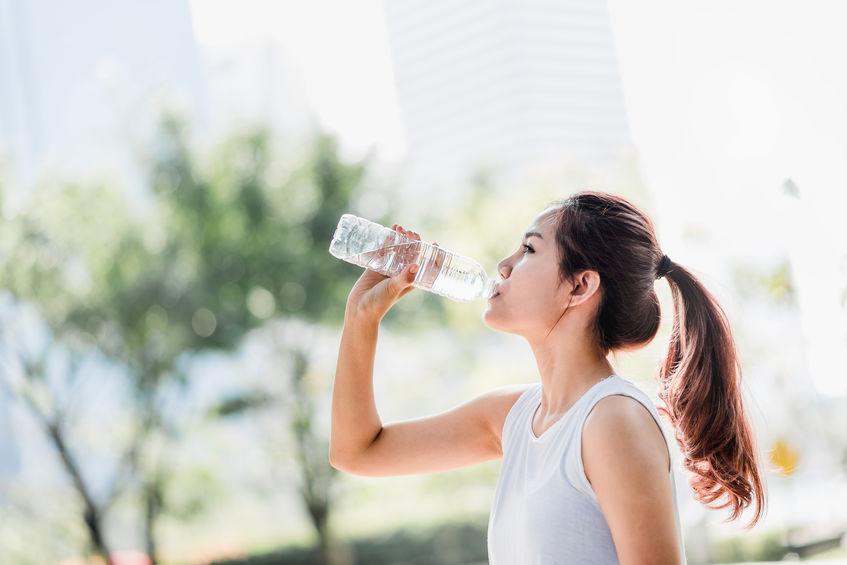 Persona tomando agua